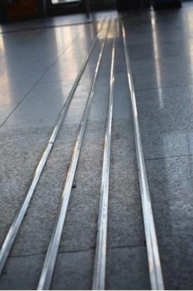 Obrazek Ścieżki naprowadzające (linie naprowadzające) – wypukłe oznakowania podłoża